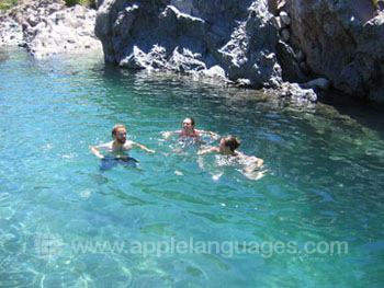 Afkoelen in een zwembad in de bergen