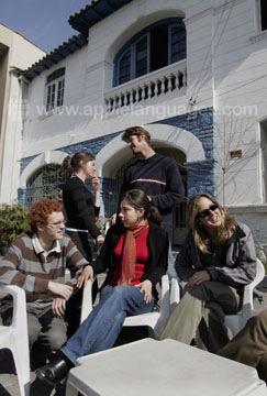 Buiten onze school in Santiago