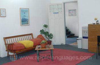 De bibliotheek en lounge van de school