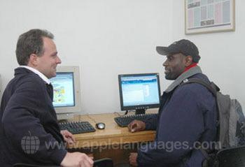 In contact blijven met het thuisfront in het internetcafe van de school