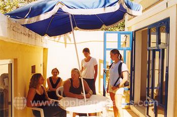 Studenten bij de patio van onze school