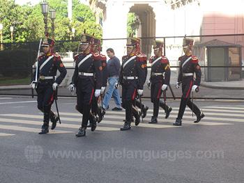 Soldaten die paraderen