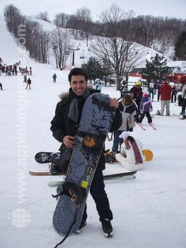 Een student aan het snowboarden