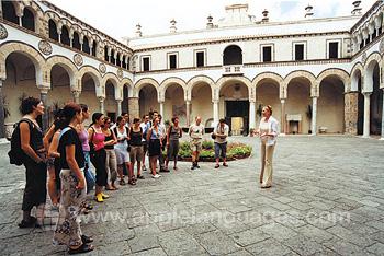 Studenten tijdens een rondleiding door Salerno