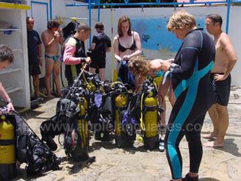 Studenten op een duikexcursie