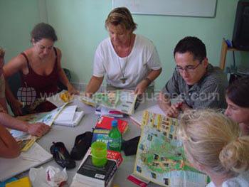 Studenten die met hun leraar een excursie plannen