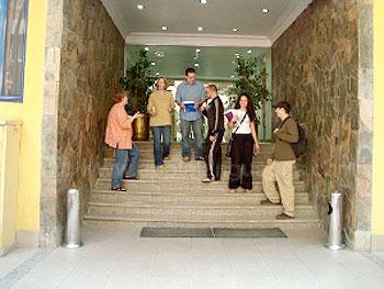 Studenten bij de ingang van de school