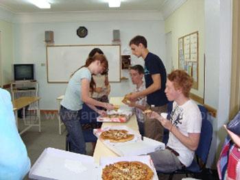 Pizza eten tijdens de luchpauze