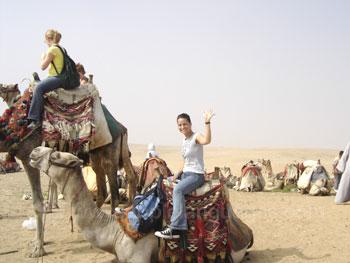 Studenten op een kameel