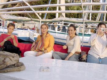 Studenten aan het relaxen op de boot