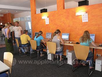 Studenten die gebruik maken van het internetcafe