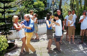 Samba dansen op het terras van de school