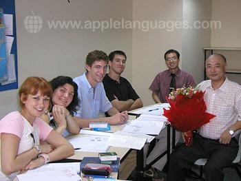 Leraar met studenten op onze school