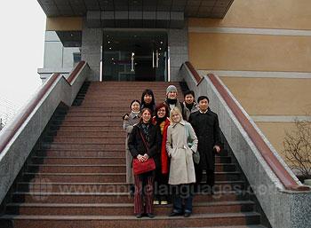 Studenten buiten onze school