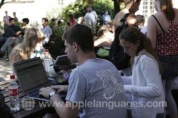 Studenten die gebruik maken van WiFi tijdens de pauze
