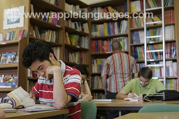 Studenten in de bibliotheek van de school