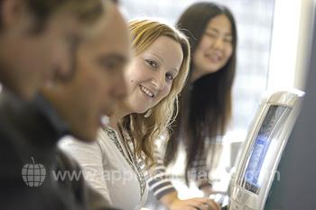 Studenten in het internetcafe van de school