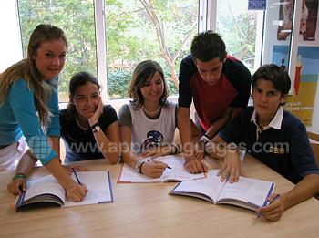 Studenten die Spaans leren op onze school