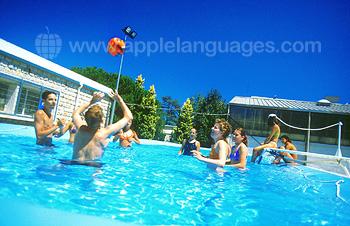 Genieten van het zwembad op het schoolterrein