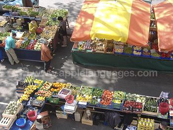 Kleurrijke markt in de buurt van de school