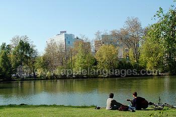 Studenten aan het relaxen bij de rivier