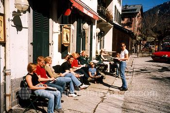 Studenten aan het relaxen in de zon
