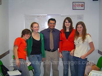 Studenten met een van onze leraren