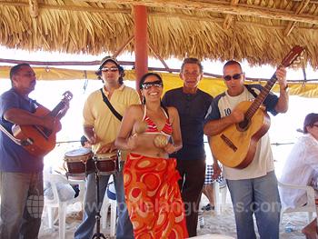 Muziekanten op het strand