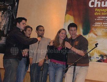 Studenten die karaoke zingen