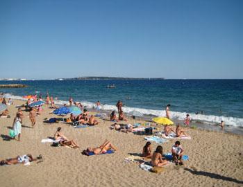Het strand voor de school