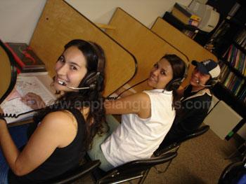 Studenten die van het bronnen centrum gebruik maken