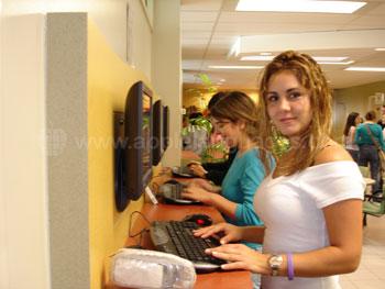 Studenten die de computer gebruiken in de cyberlounge