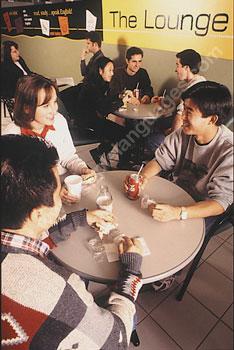 Studenten aan het relaxen in de lounge