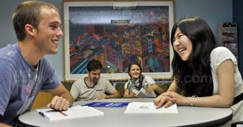 Studenten in de gemeenschappelijke ruimte