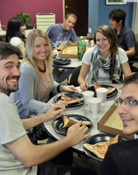De gemeenschappelijke ruimte tijdens de lunchpauze