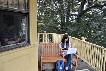 Student op het balkon bij een gastgezin