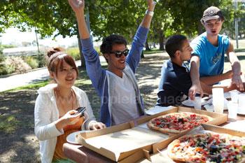 Pizza eten in het park