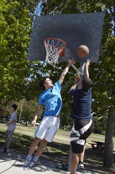 Studenten die basketbal spelen