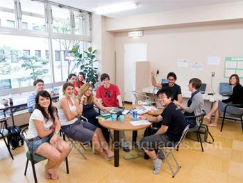 Studenten aan het relaxen tijdens de pauze