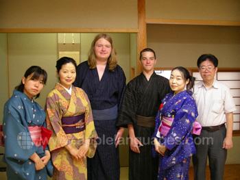 Studenten die over kimonos leren