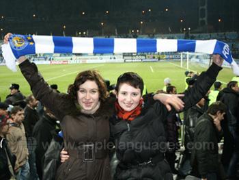 Studenten bij een voetbalwedstrijd