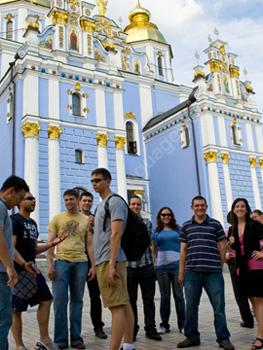 Studenten buiten de St. Sophia Cathedral