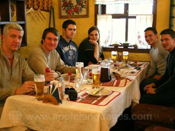 Studenten aan het lunchen tijdens een excursie