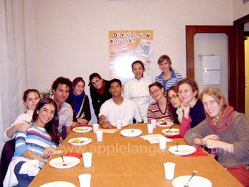 Studenten tijdens de Italiaanse kookcursus