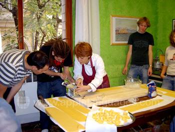 Pasta maken tijdens de kookcursus