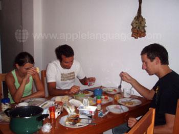 Studenten aan het dineren in een van de gedeelde appartementen