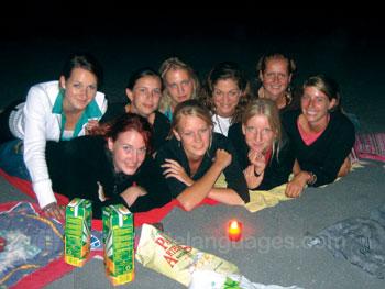 Studenten 's avonds op het strand