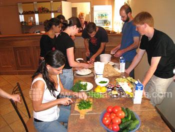 Studenten die een traditionele Russische maaltijd voorbereiden