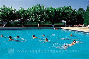 Studenten bij het buitenzwembad