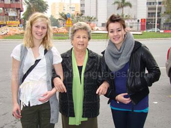 Studenten met de moeder van het gastgezin